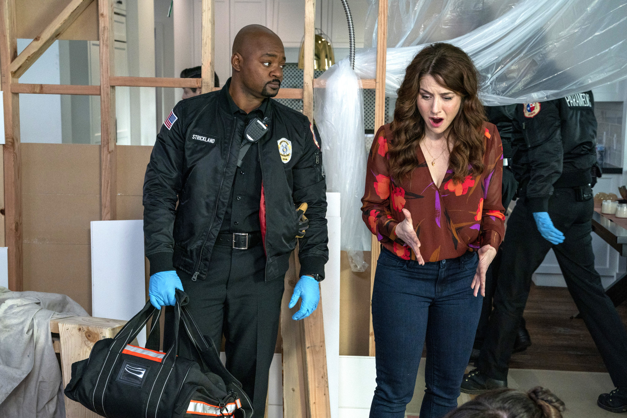 "9-1-1: LONE STAR: L-R: Brian Michael Smith and guest star Erin Karpluk in the ""Bum Steer"" episode of 9-1-1: LONE STAR airing Monday, Feb. 24 (8:00-9:01 PM ET/PT) on FOX. ©2020 Fox Media LLC. CR: Jack Zeman/FOX."