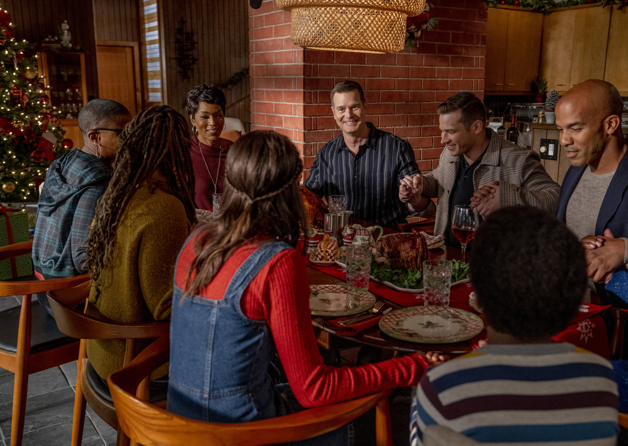 "9-1-1: Clockwise from top R: : Angela Bassett, Peter Krause and Oliver Stark with the extended family and friends in the all-new ""Merry Ex-Mas"" fall finale episode of 9-1-1 airing Monday, Nov. 26 (9:00-10:00 PM ET/PT) on FOX .©2018 Fox Broadcasting Co. Cr: Jack Zeman / FOX."