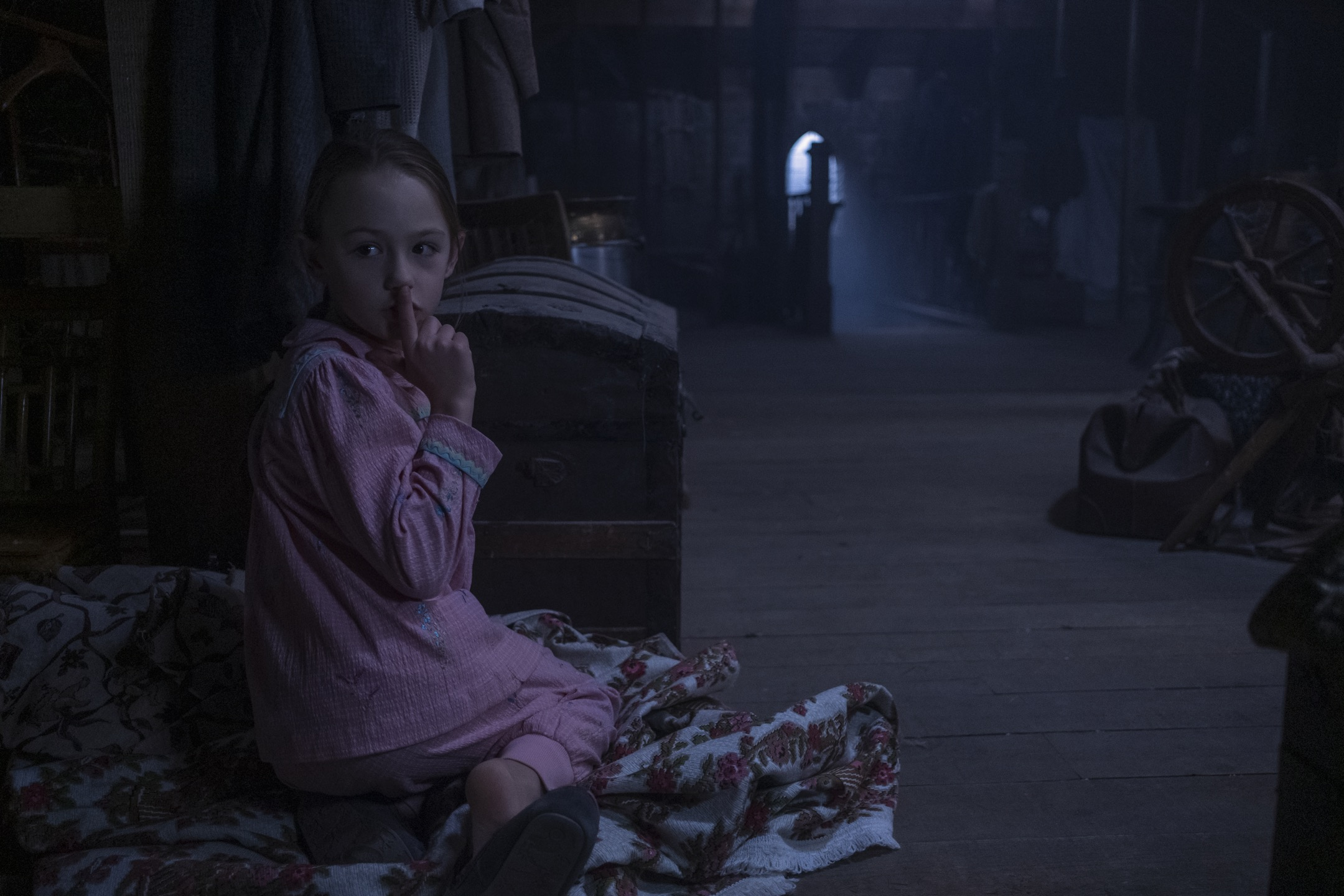 THE HAUNTING OF BLY MANOR (L to R) AMELIE BAE SMITH as FLORA in episode, 202 of THE HAUNTING OF BLY MANOR. Cr. EIKE SCHROTER/NETFLIX © 2020