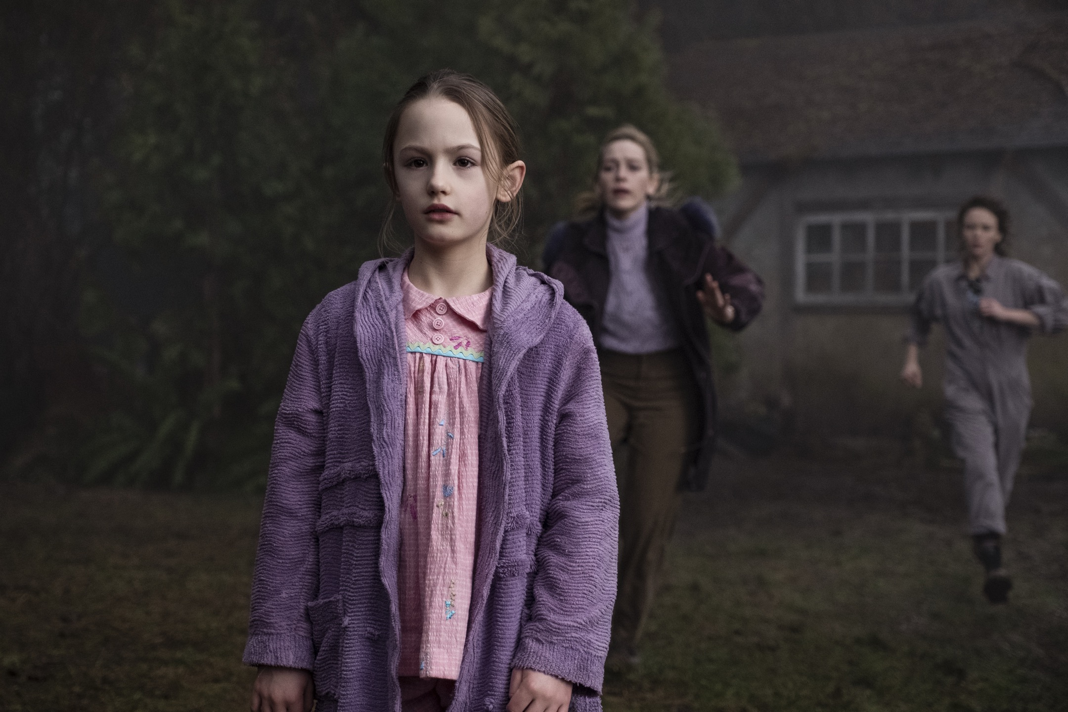 THE HAUNTING OF BLY MANOR (L to R) AMELIE BEA SMITH as FLORA, VICTORIA PEDRETTI as DANI, and AMELIA EVE as JAMIE in episode, 206 of THE HAUNTING OF BLY MANOR. Cr. EIKE SCHROTER/NETFLIX © 2020