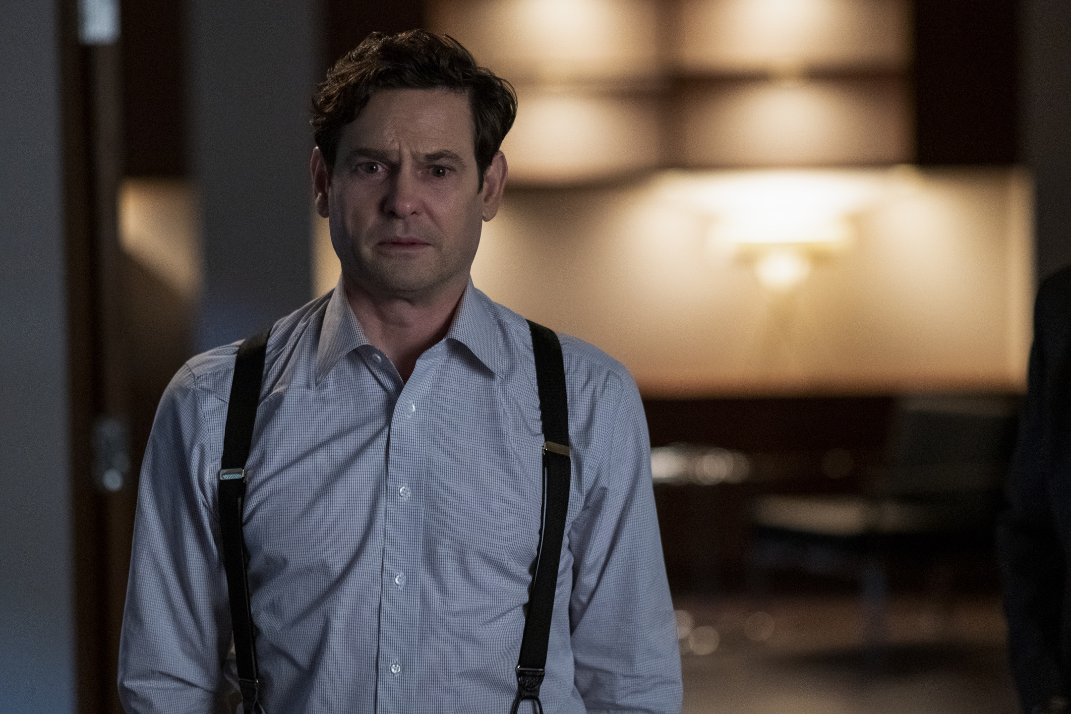 THE HAUNTING OF BLY MANOR (L to R) HENRY THOMAS as HENRY WINGRAVE in episode 106 of THE HAUNTING OF BLY MANOR Cr. EIKE SCHROTER/NETFLIX © 2020