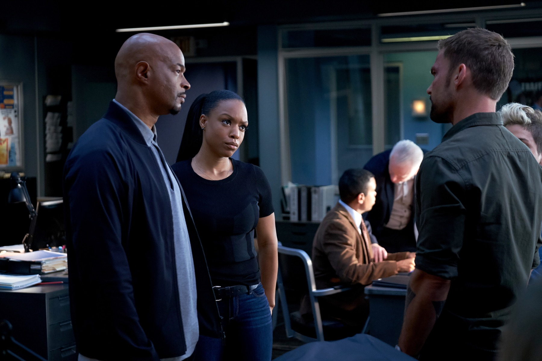 """LETHAL WEAPON: L-R: Damon Wayans, Michelle Mitchenor and Sean William Scott in the """"Bali"""" episode of LETHAL WEAPON airing Tuesday, Nov. 13 (9:00-10:00 PM ET/PT) on FOX. ©2018 Fox Broadcasting Co. CR: FOX"""