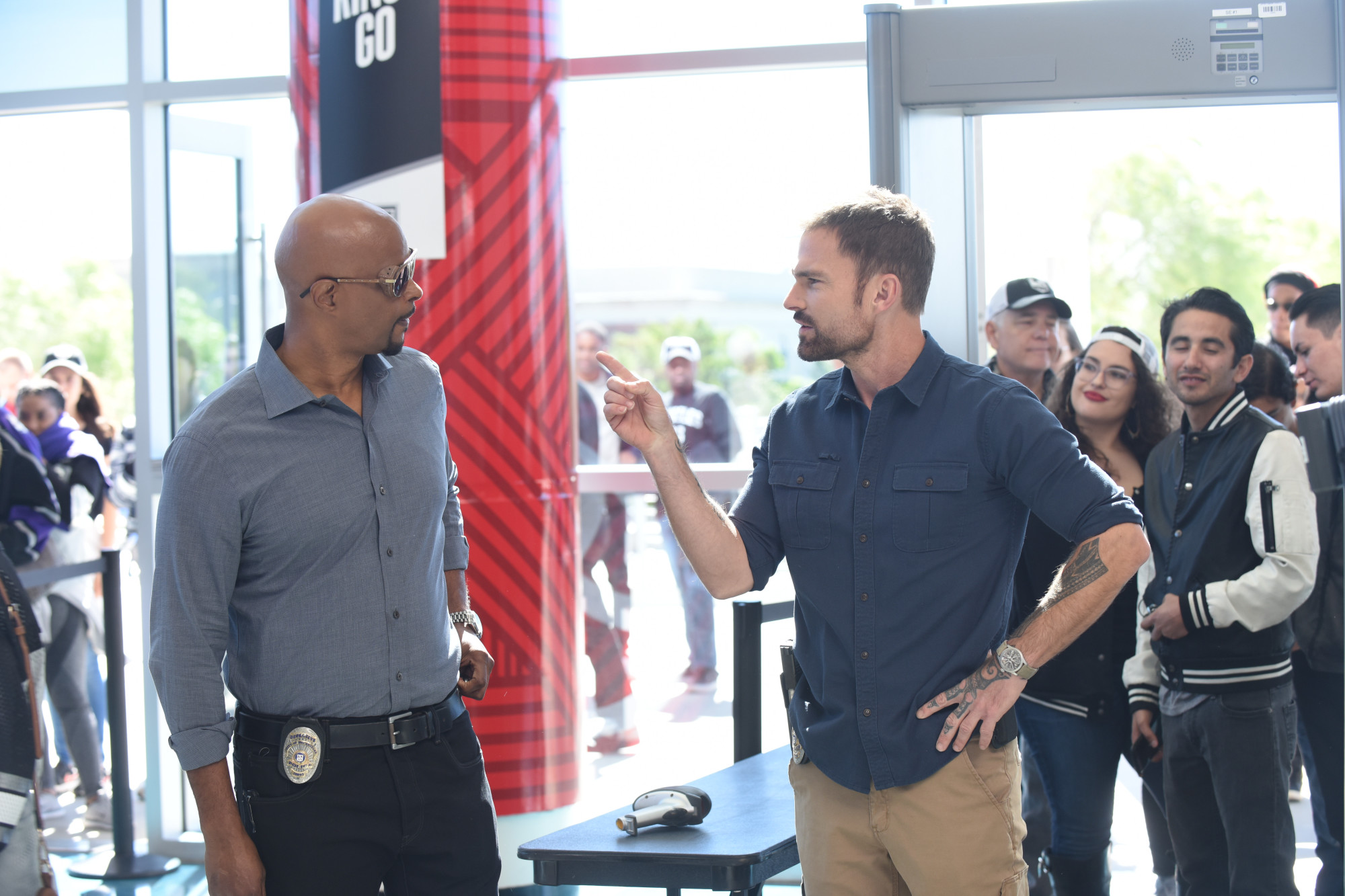 """LETHAL WEAPON: L-R: Damon Wayans and Seann William Scott in the """"What the Puck"""" episode of LETHAL WEAPON airing Tuesday, Nov. 27 (9:00-10:00 PM ET/PT) on FOX. ©2018 Fox Broadcasting Co. CR: Ray Mickshaw/FOX"""